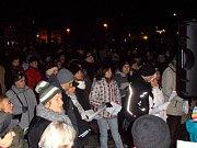 Na náměstí se sešlo určitě přes 100 lidí.