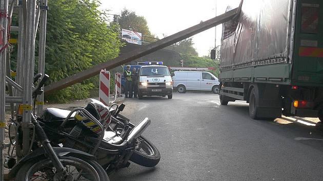 Již druhý den po sobě a ta samá hodina, osmá hodina ranní. Snížený profil Černých mostů v Táboře dělá i nadále řidičům problémy.