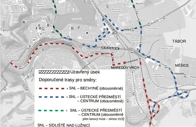 Objízdné trasy jsou vyznačeny na přiložené mapce. Kdo nebude potřebovat jet do centra, může použít objízdnou trasu přes lanový most přes Jordán.