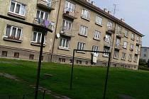 Soběslav zahájí privatizaci 96 městských bytů. Snímek zachycuje dům v ulici Na Ohradách, kterého se privatizace také týká, se  svým nájemníkem.
