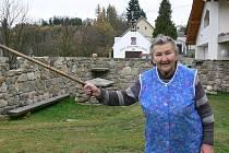 Přes den v osadě Pikov nenajdete ani živáčka, ale nejstarší obyvatelce Marii Zvárové neunikne ani myš.  V Pikově žije dvaašedesát let a miluje to tady.