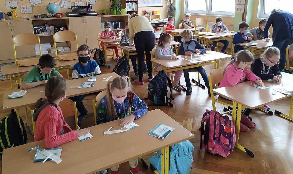 Nejdřív testy, potom výuka. Podívejte se, jak to vypadalo na ZŠ Zborovská.