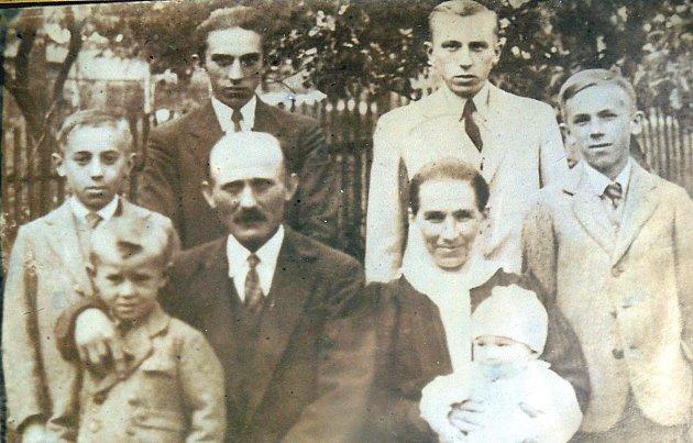 Josef Ardolf obklopený svojí rodinou. Po jeho boku mu sedí manželka Marie.