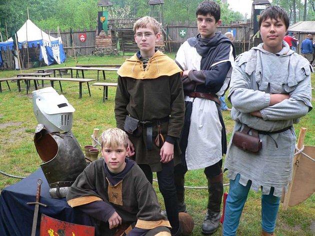 Život ve středověku si mohli děti vyzkoušet na hradě Šelmberk.