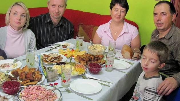 Pochoutky podle ukrajinských receptů připravila rodina Borščyků a pohostila rodinu z Českého Krumlova.