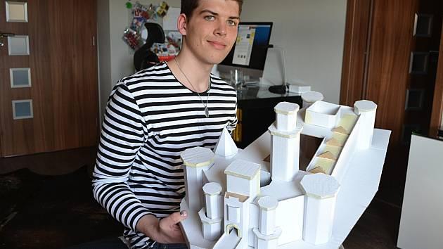 Mikuláš Ott s rozpracovaným modelem zámku Hluboká nad Vltavou.