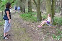Miluše Mikešová se přišla na otevření Fixleyho stezky podívat i se svou vnučkou Magdalenou Mikešovou. Oběma se stezka moc líbí, protože se dotýká přírody.