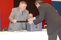 Kontrola urny na ustavujícím zasedání zastupitelstva v Bechyni.