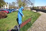 Na žádost starosty a krizového štábu prováděli v pondělí 20. dubna hasiči města Tábor dezinfekci mobiliářů.