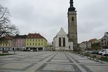 Náměstí Republiky Soběslav a kostel sv. Petra a Pavla s městskou věží.