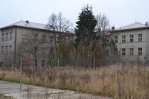 Neutěšený stav bývalých kasárenských budov státu narušuje pietu sousedního památníku na popravišti.
