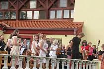 Hodinový koncert plný filmových melodií v režii Táborského symfonického orchestru Bolech zněl na zámku Brandlín v sobotu 5. září v podvečer.