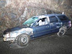 Na obchvatu v Táboře zůstalo havarované a opuštěné auto. Foto: Policie ČR