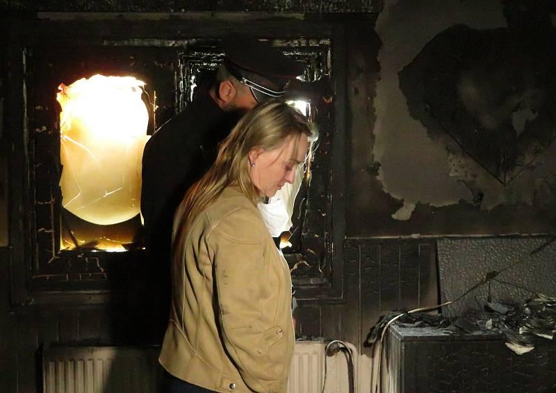 Ve středu 12. května v noci zachránili dva policisté z obvodního oddělení Veselí nad Lužnicí ženu z hořící chaty v oblasti Krkavec.