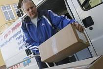 V pondělí přivezla specializovaná firma do českobudějovicické nemocnice,do vakcinačního centra, prvních 75 balení proti prasečí chřipce,celkově Jihočeský kraj dostal 252 balení.