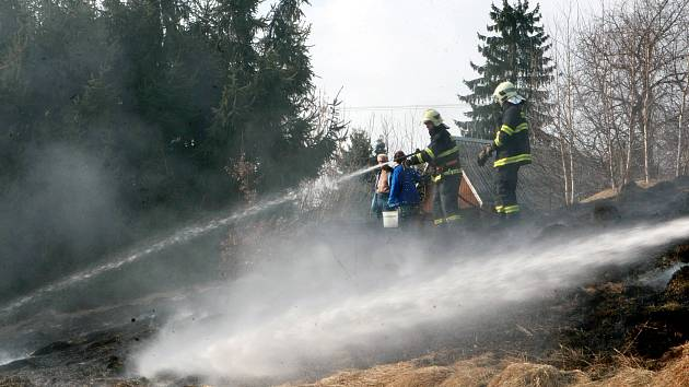 Jaro přináší i časté požáry suché trávy.