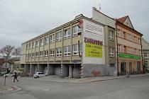 Objekt bývalé autoškoly v Kollárově ulici v Táboře v sobotu 25. dubna navštívila parta podnapilých mladistvých, zdravotníci převezli jednoho mladíka a dívku k ošetření do nemocnice.