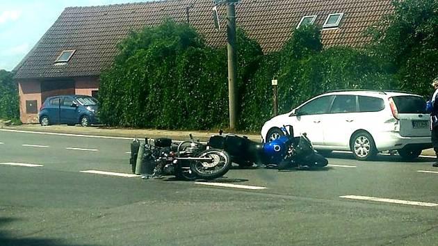 Nehoda dvou motorek a osobního auta v Chýnově.