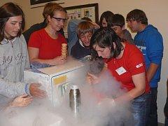 Eva Kubíčková (vlevo) a Jarmila Kuličková připravily na závěr dětem zmrzlinu za pomoci tekutého dusíku.