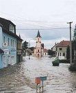 Město na dvou řekách Veselí nad Lužnicí dopadlo z okresu nejhůře. Tisíciletá voda ho ze 40% zaplavila, 1600 lidí  utíká z domovů, nejde proud, několik domů muselo být zbouráno. Evidované škody přesáhly hranici 890 milionů.