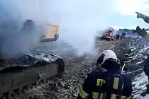 Hořelo na stavbě koridoru u Doubí, požárem byl zasažen motorový prostor vrtné soupravy.