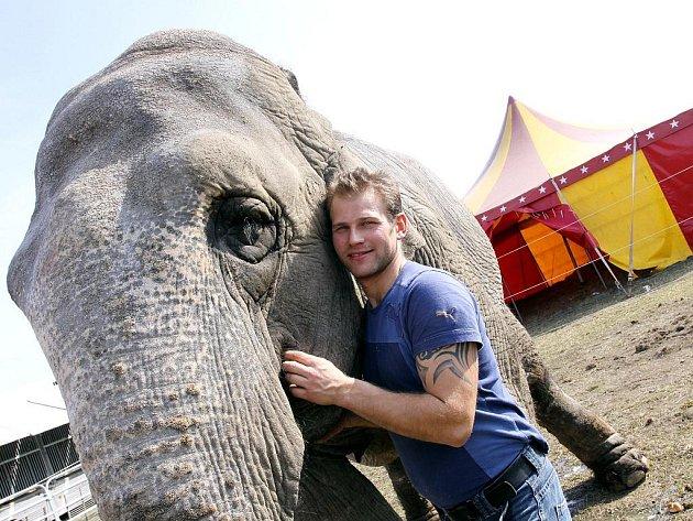 Jiří Berousek se slonicí Nairou.