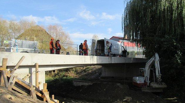 Poslední stavební úpravy mostu v Tučapech před jeho otevřením.
