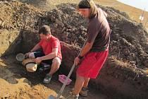 Studentky se svým kantorem Ondřejem Chvojkou v místě výzkumu. Kromě keramických střepů tu našli zuhelnatělé kosti z doby zhruba 1300 let před naším letopočtem. Studenti si v Březnici odbývají povinnou praxi.