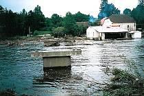 Ilustrační foto. Povodeň v roce 2002 vzala most v Dobronicích u Bechyně.