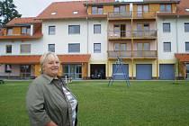 Starostka Dagmar Čaňková před bytovým domem, který byl v obci dostavěn před třemi roky. Všech třiadvacet bytů už našlo své obyvatele.