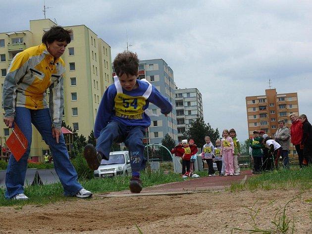 Jednou z disciplín byl skok do dálky. Malé závodníky vydatně povzbuzovaly paní učitelky.