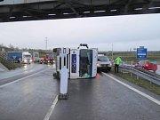 Havárie kamionu zablokovala dálnici.