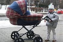 Nejen vozíčkáři, ale i maminky s kočárky musí zdolat několikero obrubníků.