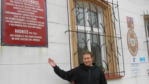 Zatupitel Jan Šobra ukazuje na ceduli, která je od října zase aktuální, Jistebnice se stala městem.