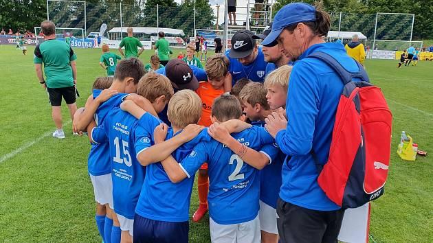 Jan Větrovský se s desetiletýmu dětmi snaží o ofenzivní fotbal.
