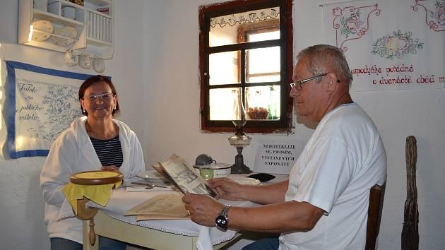 Anna a Miroslav Vadovi předvádí jak se žilo v komůrce zvoníka.