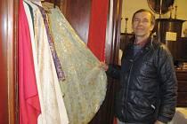Martin Halama u šatníku s ornáty.