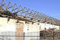Vysloužilé hospodářské budovy, někdejší součást myslkovického zámku Wratislavů, postupně mizí.
