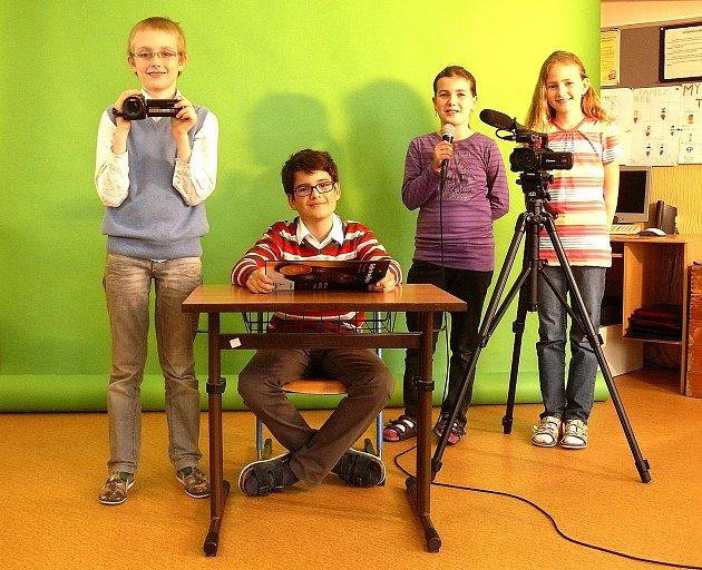 V PRACOVNÍM NASAZENÍ. Volný čas na tvoření reportáží Chýnov TV si našel Jáchym Kubů, Matěj Kadlec, Kristýna Kostrounová a Natálie Kalašová (zleva).