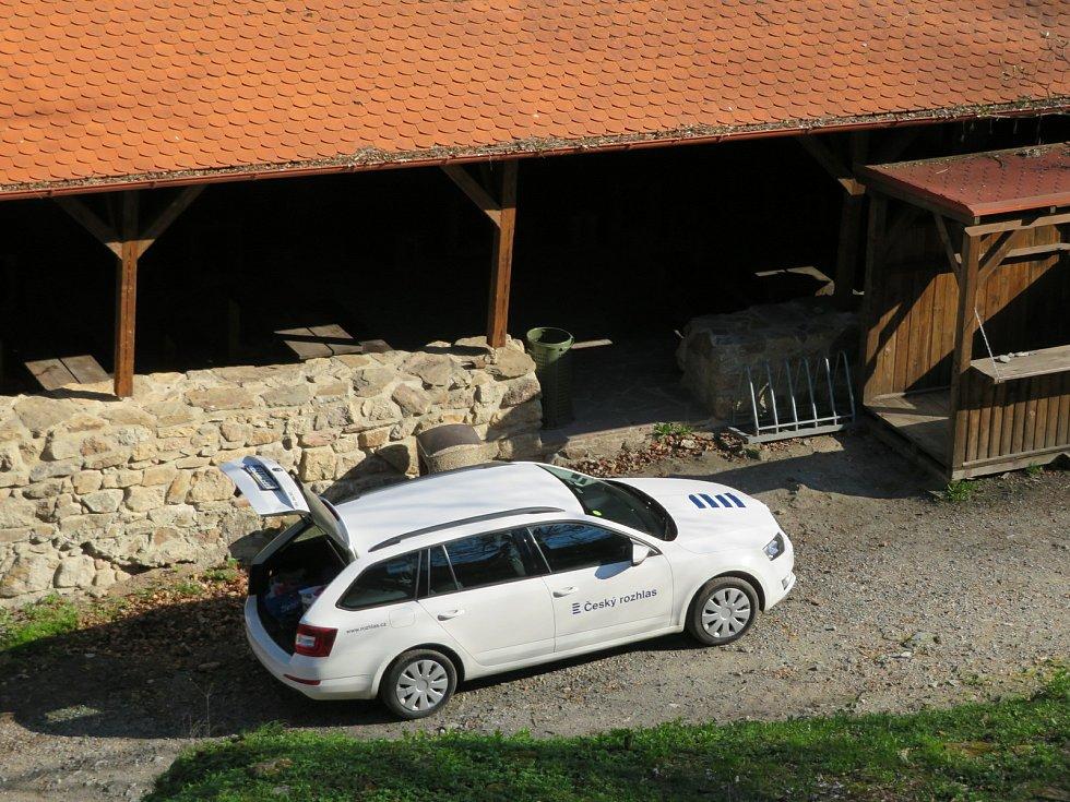Tým Českého rozhlasu Dvojka zavítal na zřícenu hradu Choustník na Táborsku, živě vysílali v pátek 30. dubna ráno.