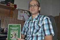 Petr Klíma se svou knihou Památné stromy Táborska.