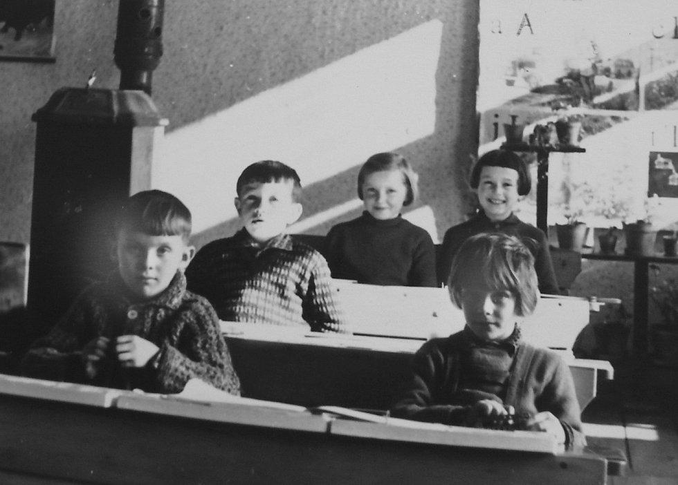 VZPOMÍNKA NA POJBUCKOU ŠKOLU.V roce 1966 navštěvovali školu (první lavice zleva) Pavel Kůrka, Miroslava Křepelková, (druhá lavice) Josef Makovec, (třetí lavice zleva) Marie Vesecká a Vlasta Papežová