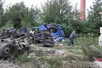 Ani výstražný kříž a světelné a zvukové znamení nezabránily řidiči nákladního auta vjet  na železniční přejezd.  Výsledkem byli dva zranění a téměř milionová škoda.