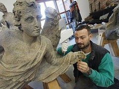 S LÁSKOU. Restaurátor soch Lukáš Hosnedl jako malý kluk vyřezával ze dřeva, ale postupně získal náklonnost ke kameni.