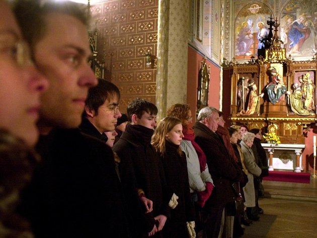 V Malšicích se při mši sejde jen pět lidí. V Tučapech se naopak tradice dodržuje a na bohoslužby chodí většina místních obyvatel.