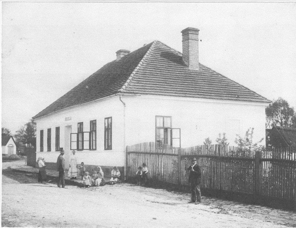 Budova obecné školy v Mezné vzniklá kolem roku 1900.