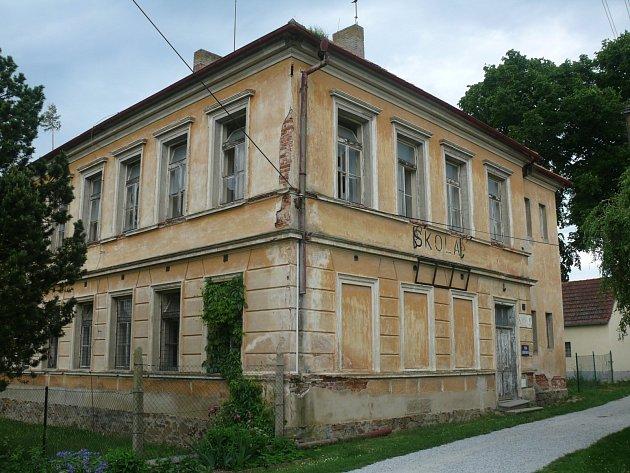 SOUČASNÁ podoba chátrající budovy bývalé školy.
