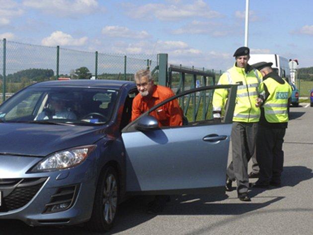 Zahraniční řidiči, kteří v pátek projížděli dálnici D3 v okolí Tábora a Chotovin, kontrolovali příslušníci cizinecké policie. Na snímku jeden z řidičů kromě dokladů musel policistům otevřít také přední kapotu.