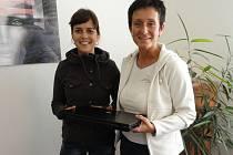 Učitelka Zuzana Vránová (vlevo) přebírá notebook od Marie Fulierové.