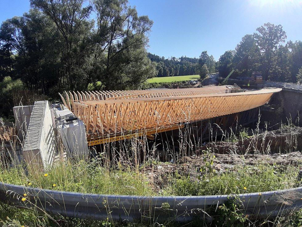 Tesařská konstrukce bednění tvaru spodního líce mostovky.